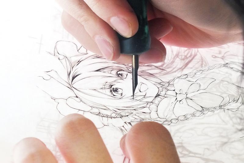 シグ蒼さんのつけペンメイキングより。丸ペンをつかって、繊細なラインを引いていきます。